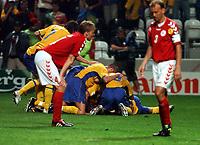 Fotball<br /> Euro 2004<br /> Portugal<br /> 22. juni 2004<br /> Foto: Fotosports/Digitalsport<br /> NORWAY ONLY<br /> Gruppe C<br /> Sverige v Danmark 2-2<br /> Sverige jubler for 2-2. Rene Henriksen og Martin Laursen, Danmark, fortviler