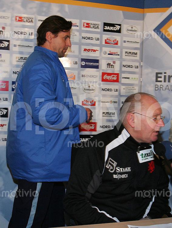 Braunschweig , 260107 , Saison 2006/2007 ; Fussball 2.Bundesliga Eintracht Braunschweig - FC Carl Zeiss Jena  Trainer Heiko WEBER (Jena) geht nach der Pressekonferenz an Trainer Willi REIMANN (Braunschweig) vorbei