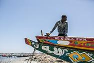 Avril 2018. Sénégal. Yarakh. Village de pêcheurs en banlieue de Dakar où des migrants partaient en pirogue pour les Canaries au milieu des années 2000. Sur la plage avec les pêcheurs et des enfants qui s'amusent.