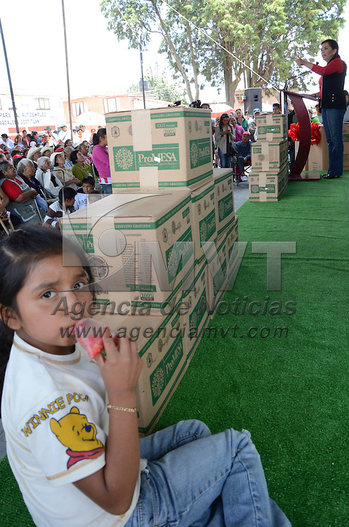 Metepec, Méx.- Carolina Monroy del Mazo, presidenta municipal de Metepec, durante la entrega de apoyos de la canasta básica en la delegación de la Magdalena Ocotlán. Agencia MVT / JosÉ Hernandez