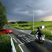 Nederland Vlist 30 mei 2007 20070530 .Verkeerssituatie op provinciale weg ..Serie tbv Schieland en de Krimpenerwaard, deze zorgt als waterschap voor droge voeten en schoon water in een bepaald gebied. Het beheersgebied van Schieland en de Krimpenerwaard strekt zich uit tussen Rotterdam, Schoonhoven en Zoetermeer. Binnen dit gebied zorgt Schieland en de Krimpenerwaard voor de kwaliteit van het oppervlaktewater, het waterpeil en de waterkeringen. Daarnaast beheert Schieland en de Krimpenerwaard een aantal wegen in de Krimpenerwaard...Foto David Rozing