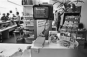 Nederland, Den Haag, 17-10-1986Winkel van Postbus 51, de instantie die overheidsinformatie verzorgt. De winkel werd gesloten in 1997. In de winkel een tv, televisie, met daarop teletekst.Foto: Flip Franssen/Hollandse Hoogte