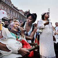 Nederland, Amsterdam , 23 juli 2014.<br /> Duizenden mensen lopen mee met een stille tocht door het centrum van Amsterdam. Volgens de organisatie zijn er zo'n vijfduizend deelnemers, meldt persbureau Novum. De wandeling begon om 20.00 uur op de Dam en eindigt daar ook weer. Deelnemers zullen daar witte ballonnen oplaten. Ook dragen zij witte kleding.<br /> Op de foto: Op de Dam wordt stil gestaan bij de verongelukten. Deze oude vrouw is een nabestaande die 2 familieleden heeft verloren tijdens de crash.<br /> Thousands of people in white clothes walk along with a silent march through the center of Amsterdam. The victims of flight MH17 are thus commemorated. National day of Mourning .