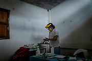 """El doctor Jose Alberto Fernández Chavez desinfecta sus manos después de atender a una paciente en el municipio de Petatlan. Forma parte de la ONG """"Médicos sin Fronteras"""" la cual desarrolló desde hace tres años el programa """"Guerrero"""" destinado a visitar comunidades que han quedado aisladas y sin personal sanitario debido a la violencia que se vive en la sierra del estado. La clínica a la que llega el equipo de especialistas se encuentra sin servicio habitualmente, ya que la última enfermera con la que contaba la comunidad dejó su cargo por temor a la violencia; ahora las personas del lugar se encargan de darle mantenimiento esperando a que algún día el Estado les brinde nuevamente el servicio de salud."""
