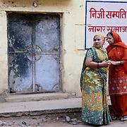 Women talking at the streets of Bundi