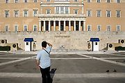 Griekenland, Athene, 5-7-2008Het parlementsgebouw met traditioneel geklede wacht.Foto: Flip Franssen