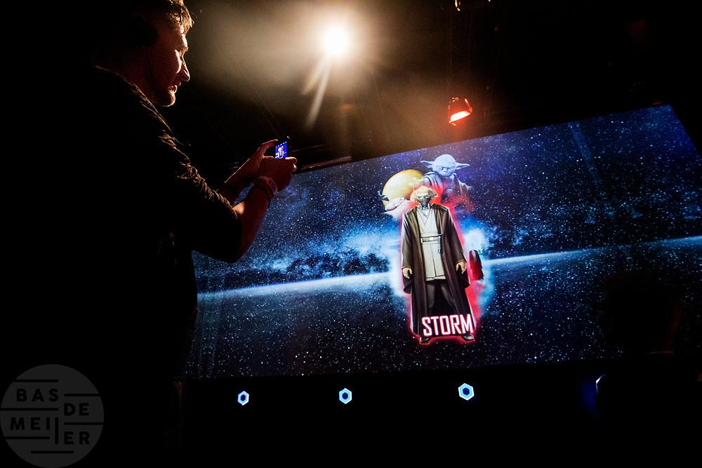 Een bezoeker maakt een foto van de eigen Star Wars identiteit. In Utrecht is de tentoonstelling Star Wars Identies te zien tot en met 11 maart 2018. Op de expositie zijn originele kostuums, rekwisieten en de personages te zien. Daarnaast kunnen bezoekers een eigen Star Wars identiteit maken door hun eigen karakter te combineren met fictieve elementen. Star Wars werd veertig jaar geleden, op 25 mei 1977, voor het eerst getoond op film. De filmserie is nog altijd mateloos populair.<br /> <br /> In Utrecht the exhibition Star Wars Identies is shown. The exhibition shows original costumes, props and the characters. In addition, visitors can create their own Star Wars identity by combining their own character with fictional elements. Star Wars was first shown on film forty years ago, on May 25, 1977. The film series is still very popular.