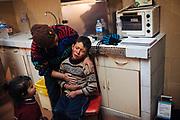 Un niño espera ser atendido por los médicos del centro de salud, el presenta dolor en el estomago debido a la inhalación de gas lacrimógeno usado por la policía un par de horas antes para contener a una multado de personas que deseaban linchar a un ladrón en la plaza del pueblo.