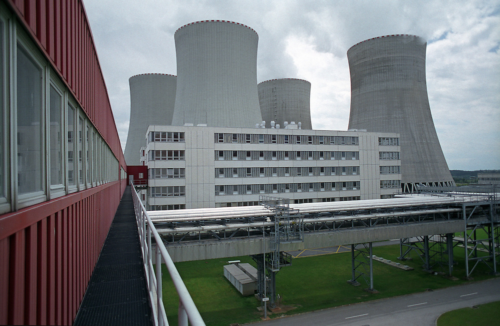 Temelin/Tschechische Republik, Tschechien, CZE, 25.06.2004: Die Kühltürme auf dem Gelände des Atomkraftwerks Temelin. Das Kernkraftwerk steht 24 Km von der Stadt Ceske Budejovice entfernt.<br /> <br /> Temelin/Czech Republic, CZE, 25.06.2004: The cooling towers on the area of the Nuclear Power Sation Temelin. The Nuclear Power Plant Temelin is located approximately 24 km from the town of Ceske Budejovice.