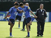 Trainer Carlos Antonio Parreira beobachtet Ronaldinho und Kaka bei Dehnungsuebungen. © Urs Bucher/EQ Images
