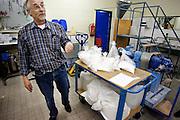 De fabricage van de Impossible film in Enschede. Productie engineer Henk van Minnen staat bij de kar met chemie. Impossible Project maakt sinds maart 2010 weer direct klaar film voor oude Polaroid camera's. De produktie van de Polaroid was in 2008 gestopt. Florian Kaps en André Bosman startte daarop Impossible Project en ontwikkelde binnen een jaar een nieuwe film