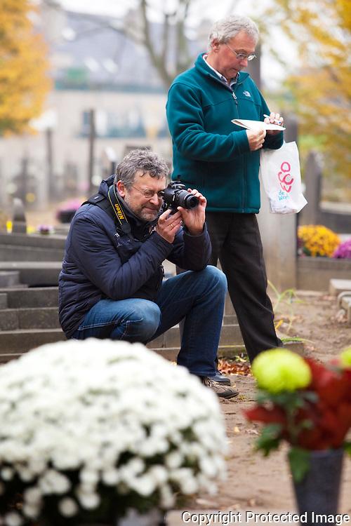 368727-Georges Vannuten en Yvan Vanrompaey (camera) leggen alle graven vast op foto om de slechte staat van sommige graven aan te tonen-Sint-Dimpnaplein Geel