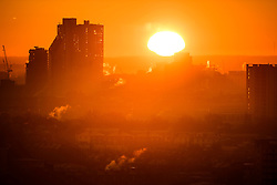 © Licensed to London News Pictures. 29/12/2016. London, UK. Sunrise over the city of London as seen from Parliament Hill on Hampstead Heath, Hampstead, North London on another cold winter morning. Most of the UK has woken to freezing temperatures. Photo credit: Ben Cawthra/LNP