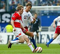 Fotball<br /> Bundesliga 2003/04<br /> Stuttgart v Hamburger SV<br /> 8.mai 2004<br /> Foto: Digitalsport<br /> NORWAY ONLY<br /> Aliaksandr HLEB, HSV, Björn SCHLICKE, Stuttgart