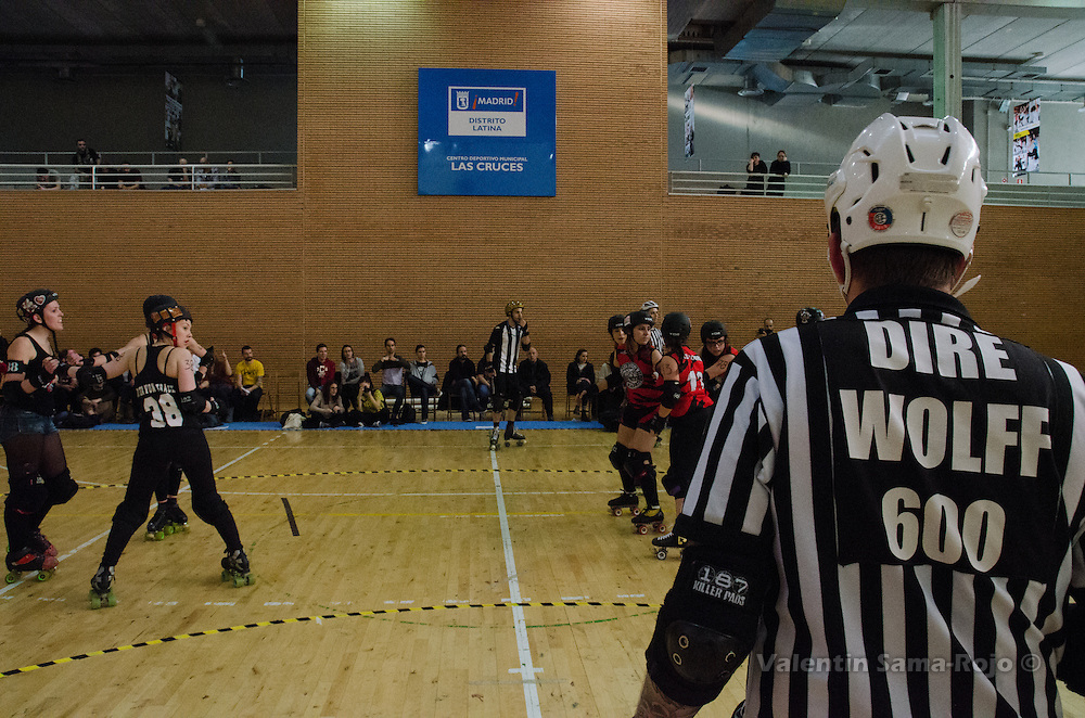 Head referee, Dire Wolff, following the game of the players of Roller Derby Madrid and Freaky Mons'ter Derby Ladies.