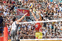 30.07.2017, Donauinsel, Wien, AUT, FIVB Beach Volleyball WM, Wien 2017, Herren, Gruppe I, im Bild v.l. Sam Pedlow (CAN), Martin Ermacora (AUT) // f.l. Sam Pedlow of Canada Martin Ermacora of Austria during the men's group I match of 2017 FIVB Beach Volleyball World Championships at the Donauinsel in Wien, Austria on 2017/07/30. EXPA Pictures © 2017, PhotoCredit: EXPA/ Sebastian Pucher