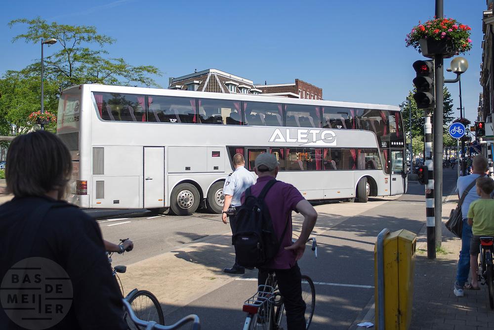 In Utrecht moet een touringcar een moeilijke manouvre uithalen als de bus uit een smalle zijstraat de Amsterdamsestraatweg op moet.<br /> <br /> In Utrecht a coach has to make a difficult manouvre when the bus has to turn from a narrow street.