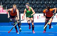 LONDEN - Carlien Dirkse van den Heuvel (Ned) met Caia Van Maasakker (Ned) en Malou Pheninckx (Ned)  tijdens de training in het Lee Valley Hockeystadium bij het  wereldkampioenschap hockey voor vrouwen. Het Nederlands elftal maakt zich op voor de kwartfinale .  COPYRIGHT KOEN SUYK