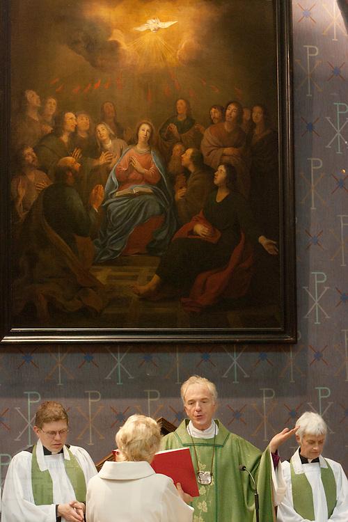 Aartsbisschop Joris Vercammen (midden) gaat voor tijdens de mis. Links van hem de nieuwe pastoor Bernd Wallet, rechts Annemieke Duurkoop. Op zondag 31 oktober is in de Getrudiskathedraal in Utrecht  Annemieke Duurkoop als eerste vrouwelijke plebaan van Nederland geïnstalleerd. Duurkoop wordt de nieuwe pastoor van de Utrechtse parochie van de Oud-Katholieke Kerk (OKK), deze kerk heeft geen band met het Vaticaan. Een plebaan is een pastoor van een kathedrale kerk, die eindverantwoordelijk is voor een parochie. Eerder waren bij de OKK al twee vrouwelijk priesters geïnstalleerd, maar die zijn geen plebaan.<br /> <br /> Archbishop Joris Vercammen is saying a prayer. On his left hand side the new pastor Bernd Wallet, on the right hand side new dean Annemieke Duurkoop. At the St Getrudiscathedral in Utrecht the first female dean of the Old-Catholic Church (OKK), Annemieke Duurkoop, is installed together with a new pastor Bernd Wallet. The church has no connections with the Vatican.