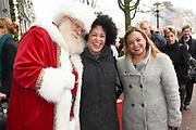 Koningin Maxima is aanwezig bij de BZT Kerstshow in Carre Amsterdam. De BZT Band XXL is compleet! Tien muzikale groepen, met elk een eigen 'sound', treden aanstaande op in een vol Carré op het Kerst Muziekgala 2016 als onderdeel van Meer muziek in de klas.<br /> <br /> Queen Maxima attends the BZT Christmas Show in Amsterdam Carre. The BZT Band XXL is complete! Ten musical groups, each with its own 'sound', stairs leading into a full Carré in Christmas music gala 2016 as part of more music in class.<br /> <br /> Op de foto / On the photo: <br /> <br />  Tania Kross met de kerstman