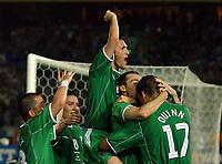 Fotball. VM 2002. 11.06.2002.<br />Irland v Saudi-Arabaia 3-0.<br />Gary Breen gratuleres etter å ha gjort 2-0. Øverst i haugen Robbie Keane, og til høyre Niall Quinn.<br />Foto: Robin Parker, Digitalsport