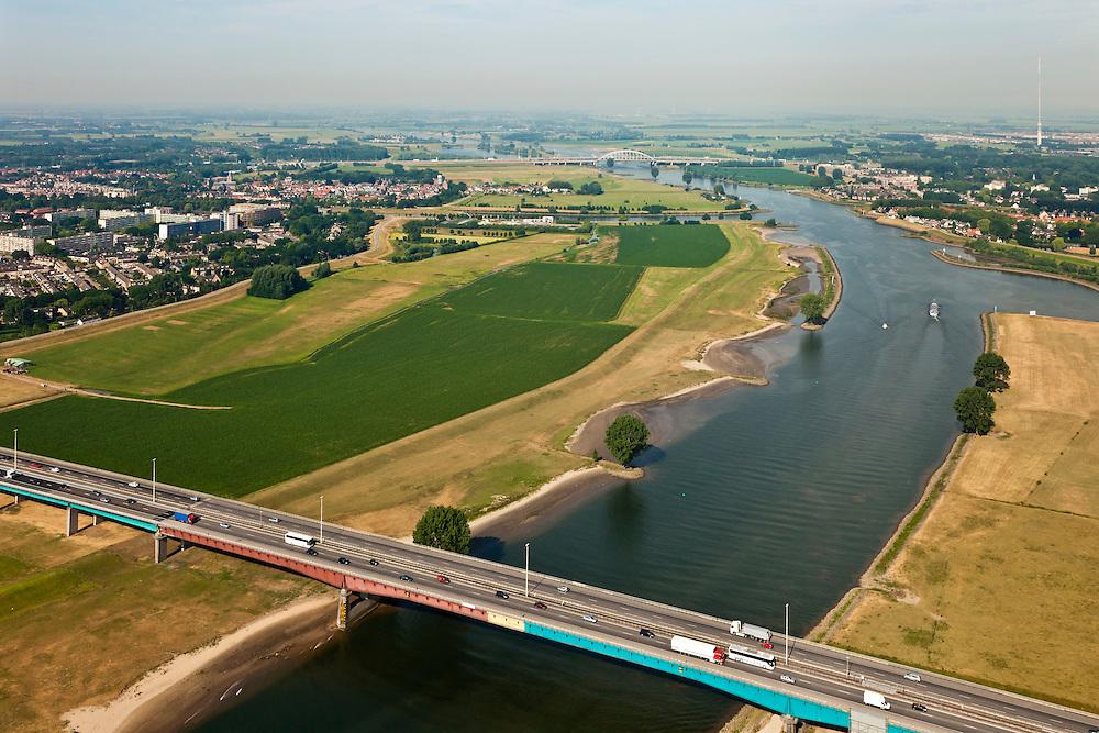 Nederland, Zuid-Holland, Vianen, 08-07-2010; Hagesteinsebrug (A27) met uiterwaarden van de Lek. Op het tweede plan ingang van het Merwedekanaal (li), ingang Lekkanaal  en Nieuwegein (re). Lekbrug Vianen (Jan Blankenbrug) .Hagestein Bridge (A27) with floodplains of the Lek. Entrance of the Merwede canal (ri), entrance Lek canal and Nieuwegein (re). Vianen bridge at the horizon. .luchtfoto (toeslag), aerial photo (additional fee required).foto/photo Siebe Swart