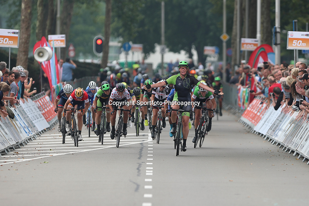 """30-08-2017: Wielrennen: Boels Ladies Tour: Arnhem  <br /> ARNHEM (NED) wielrennen<br />  De tweede etappe van de Boels Ladies Tour is gewonnen door Kirsten Wild. De renster van Cylance toonde zich de snelste in de massasprint.<br /> Wild wist in Arnhem Maria Giullia Confanieri voor te blijven. """"Dit is wel heel mooi"""" zei de ritwinnares na afloop. Ze boekte haar eerste Europese zege van dit seizoen. """"Voor de ploeg is dit heel mooi als afsluiting van het jaar, maar voor mij natuurlijk ook. Ik wil graag winnen, zeker in eigen land en zeker in een WorldTour-wedstrijd."""""""