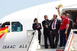 12.07.2010, Flughafen, ESP, FIFA WM 2010, Landung Spanien in Madrid, im Bild Spaniens Mannschaft landet am Flughafen in Madrid, der WM Pokal kommt im Land des Weltmeisters an, Kapitän Iker Casillas zeigt stolz die WM Trophäe seinen Landsleuten, EXPA Pictures © 2010, PhotoCredit: EXPA/ Alterphotos/ Acero / SPORTIDA PHOTO AGENCY