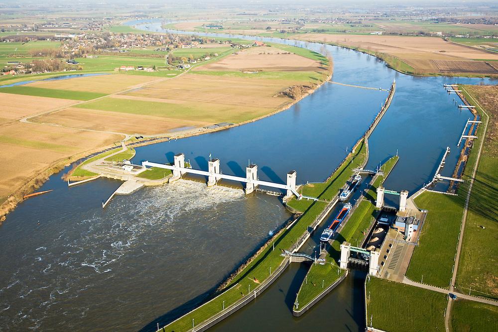 Nederland, Noord-Brabant, Lith, 11-02-2008; stuw in de rivier de Maas, gezien naar het Oosten; dient om de waterloop te reguleren en het peil te beheren; de Maas is een regenrivier, met met name in de winter grote wateraanvoer (ook door smeltwater), in de zomer (droogte) zorgt de stuw er voor dat de schepvaart kan blijven doorgaan; in Lith zijn twee sluizen en is links naast de stuw een waterkrachtcentrale gebouwd; sluis en stuw zijn voltooid in 1936, nu rijksmonument; sluis, sluiskolk, schutten..luchtfoto (toeslag); aerial photo (additional fee required); .foto Siebe Swart / photo Siebe Swart