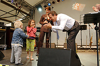 01 JUL 2003, BERLIN/GERMANY:<br /> Gerhard Schroeder, SPD, Bundeskanzler, und einige sehr junge Gaeste, 4. Hoffest der SPD Bundestragsfraktion<br /> IMAGE: 20030701-02-022<br /> KEYWORDS: Sommerfest, Fraktionsfest, Gerhard Schröder, Kind, Kinder, child, children,