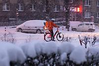 Bialystok, 16.01.2021. Gwaltowny atak zimy, w ciagu paru godzin przybylo kilkanascie centymetrow sniegu N/z kurier z jedzeniem na rowerze fot Michal Kosc / AGENCJA WSCHOD
