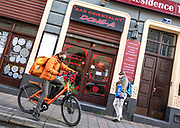 Wyludnione, opustoszałe ulice Krakowskiego Kazimierza, zazwyczaj tętniącgo  życiem turystycznego centrum Krakowa. Kurierzy dostarczają dania na wynos.
