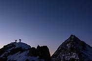 Impressionen von der Überschreitung des Weissmies (4017) von der Almageller Hütte aus über den SE-Grat und nachfolgender Abfahrt über den SW-Grat und die NW-Flanke.<br /> <br /> Alpinisten beim Zwischbergenpass (3268) mit Blick auf die Pizzo d'Andolla (3653)