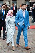 Prinsjesdag - Aankomst politici bij de Ridderzaal. Zoals ieder jaar ging Prinsjesdag ook dit keer weer gepaard met hoedjes in allerlei soorten en maten.<br /> <br /> Op de foto / On the photo: