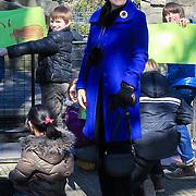 NLD/Amsterdam /20130327 - Prinses Magriet doop een tulp in Artis, Prinses Margriet bekijkt de tekeningen van de kinderen