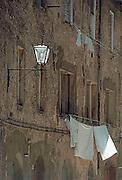 Italië, Sienna, augustus 2000Drogende was en straatlamp aan de gevelFoto: Flip Franssen