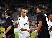 Protocole - Salut des deux equipes - Zinedine ZIDANE avec John Carew - Real de Madrid / Lyon - Champions League C1 - 23.11.2005 - OL- Foot Football - largeur attitude serre main presentation sourire