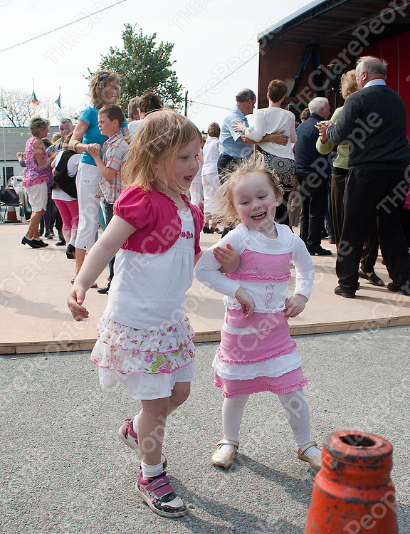 5 year old Alice Davoren and her cousin Reena (3) dancing at the Kilfenora Ceili on Sunday.Pic Press22.