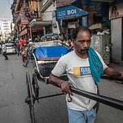 20190204 Calcutta, West Bengal Indien<br /> New Market Kolkata<br /> Rickshaw förare<br /> FOTO : JOACHIM NYWALL KOD 0708840825_1<br /> COPYRIGHT JOACHIM NYWALL<br /> <br /> ***BETALBILD***<br /> Redovisas till <br /> NYWALL MEDIA AB<br /> Strandgatan 30<br /> 461 31 Trollhättan<br /> Prislista enl BLF , om inget annat avtalas.
