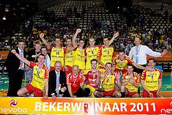 10-04-2011 VOLLEYBAL: BEKERFINALE DRAISMA APELDOORN - LANGHENKEL VOLLEY: ALMERE<br /> Draisma Dynamo bekewinnar 2010 - 2011 met oa. Jasper Diefenbach, Sjoerd Hoogendoorn, Dirk Sparidans, Niels Plinck, Floris van Rekom Kars van Tarel, Headcoach Redbad Strikwerda, Ewoud Gommans, Thom van den Heuvel, Joost Joosten<br /> ©2011 Ronald Hoogendoorn Photography