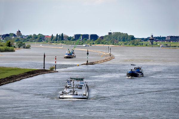 Nederland, Tiel, 2-5-2018In de Waal bij Tiel zijn kribben in de rivier weggehaald en vervangen door een strook stenen, dam, in de lengterichting van de stroming om zo de waterafvoer bij hoogwater te verbeteren .Foto: Flip Franssen