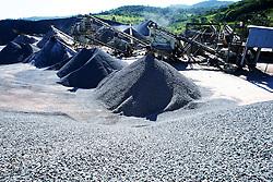 Pedreira é um tipo de mineração a céu aberto de onde rochas ou minerais são extraídos. Elas são usadas para extrair materiais de construção, tais como pedras decorativas e britas. As pedreiras são geralmente menos profundas do que outros tipos de minas a céu aberto. FOTO: Jefferson Bernardes/Preview.com