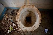 Tres Coracoes_MG, Brasil...Vaso de uma construcao abandonada em Tres Coracoes...A toilet of a desert construction in Tres Coracoes...Foto: LEO DRUMOND / NITRO.....