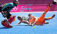 LONDEN - Rogier Hofmangeeft de bal voor waaruit Billy Bakker 3-1 zal scoren,, vrijdag tijdens de Olympische hockeywedstrijd tussen de mannen van  Nederland en Nieuw -Zeeland.  links keeper Kyle Pontifex ANP KOEN SUYK