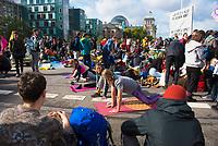 DEU, Deutschland, Germany, Berlin, 09.10.2019: Aktivisten von Extinction Rebellion (XR) machen Yoga während einer Strassenblockade auf der Marschallbrücke. Die Umweltschützer wollen mit zahlreichen Aktionen und Blockaden in der Stadt auf ihr Anliegen einer strengeren Klimapolitik aufmerksam machen.