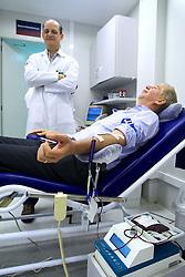 José Fortunati durante doação de sangue, no Banco de Sangue do Hospital da PUC. FOTO: Jefferson Bernardes/Preview.com