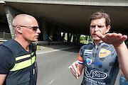 Jan Bos praat na met een agent. In Delft test het Human Power Team de VeloX 6, de nieuwe aerodynamische fiets, op de een speciaal voor hun afgezette weg. Jan Bos rijdt uiteindelijk 59 km/h. In september wil het Human Power Team Delft en Amsterdam, dat bestaat uit studenten van de TU Delft en de VU Amsterdam, tijdens de World Human Powered Speed Challenge in Nevada een poging doen het wereldrecord snelfietsen te verbreken. Het record is met 139,45 km/h sinds 2015 in handen van de Canadees Todd Reichert.<br /> <br /> With the special recumbent bike the Human Power Team Delft and Amsterdam, consisting of students of the TU Delft and the VU Amsterdam, also wants to set a new world record cycling in September at the World Human Powered Speed Challenge in Nevada. The current speed record is 139,45 km/h, set in 2015 by Todd Reichert.