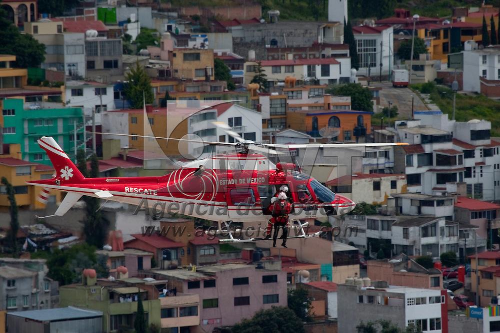 """Toluca, Méx.- Personal de la Unidad de Rescate Aereo y de la policia """"Relampagos"""" participaron con siete helicopteros en el desfile conmemorativo de la Independencia de Mexico, realizaron una demostracion de operciones tacticas con descenso a rappel y la evacuacon aeromedica de un lesionado. Agencia MVT / Mario Vazquez de la Torre. (DIGITAL)"""