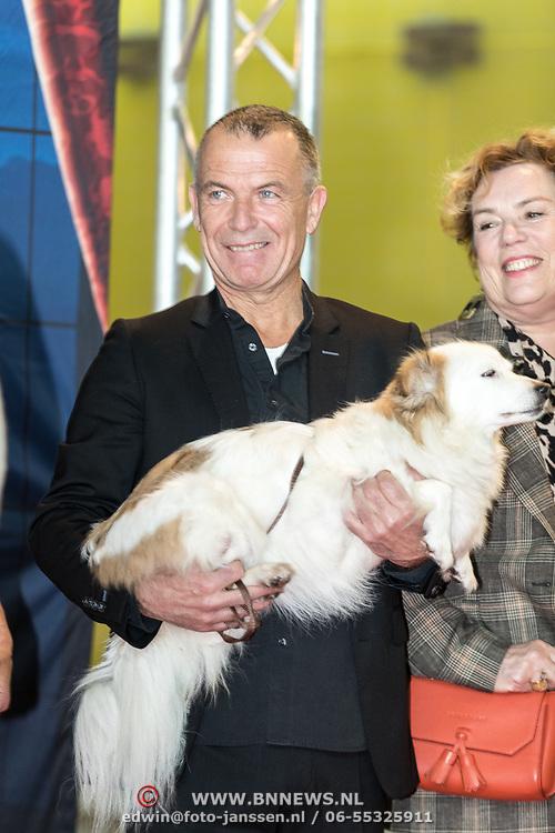 NLD/Amsterdam/20191201 - Nederlandse premiere The Addams Family, Nederlandse , Raymond Thiry met een hond