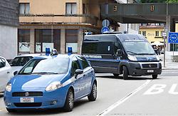 """24.06.2011, Grenzübergang, Thoerl Maglern, ITA, Wiener Betonleichen Morde. Italienische Polizeieinheiten haben am 10.06.2010 die gesuchte Eissalonbesitzerin Goidsargi Estibaliz C. im Ortszentrum von Udine, Italien, verhaftet. Demnach wurde die 32-Jährige Chefin des Eissalon """"Schleckeria""""  von mobilen Einheiten in der Nähe des Bahnhofs gestellt. Gegen Goidsargi Estibaliz C. bestand nach dem Fund von Teilen zweier einbetonierter Leichen in ihrem Kellerabteil in Wien Meidling ein EU-Haftbefehl. Verdächtigt wurde die gebürtige Spanierin, nachdem diese nach der Entdeckung der Leichen anfangs dieser Woche die Flucht ergriffen hatte. Eine der Leichen ist ihr vermisster Ex-Freund Manfred H. Vom zweiten Toten wurde bisher nur der Kopf gefunden, es dürfte sich dabei um ihren deutschen Ex-Ehemann Manfred H. handeln. Nachdem am Fr. 17.06.2011 das zuständige Untersuchungsgericht die Auslieferung der Frau nach Österreich beschlossen hat, wird Goidsargi Estibaliz C. heute durch italienische Beamte von der Justizanstalt Triest zum Grenzübergang Thörl Maglern überstellt und dort an die österreichischen Behörden übergeben. Hier im Bild der Transport trifft um 10,30 am Grenzübergang Thörl Maglern ein. Für die unter Mordverdacht stehende Goidsargi Estibaliz C., gilt die Unschuldsvermutung! EXPA Pictures © 2011, PhotoCredit: EXPA/ J. Groder"""